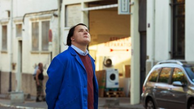 Joseph (Benjamin Lesieur) steht mitten auf der Straße und schaut in den Himmel. (Prokino/ Carol Bethuel)