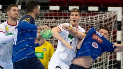 Zwei deutsche Spieler versuchen in der Verteidigung, ihre Gegenspieler aufzuhalten. (dpa)