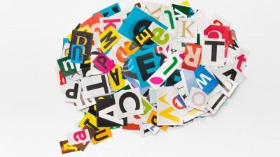 In einer Sprachblase sind ausgeschnittene, bunte Buchstaben völlig durcheinander angeordnet. (Getty Images/ iStockphoto)