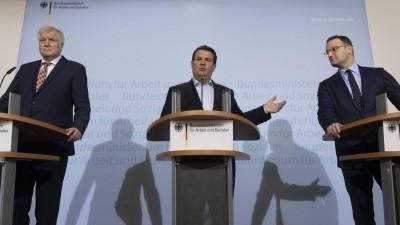 Li-Re: Horst Seehofer CSU, Arbeitsminister Hubertus Heil, SPD und Gesundheitsminister Jens Spahn CDU verkündigen die Grundrente am 19.02.2020 (imago / Christian Thiel)