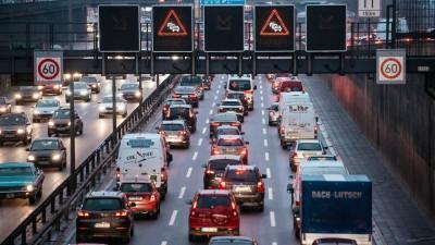 Autos stauen sich auf der Berliner Stadtautobahn A100. (picture alliance / Robert Schlesinger)