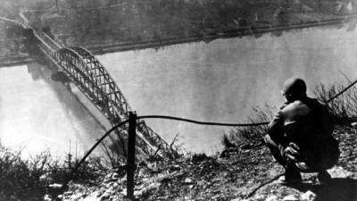 Die erfolgreiche Eroberung der Rheinbrücke von Remagen war von der US-Armee nicht geplant, aber von psychologischer Bedeutung. (dpa / picture-alliance / DB dpa)