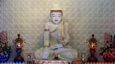 Buddha mitAbhaya Mudra, einer Geste, bei der Buddhas linke Handnach oben geöffnet auf dem Schoß liegt, während die Fingerspitzen seiner rechten Hand den Boden berühren. Die Statue befindet sich in dem Fo Guang Shan Tempel in Bussy-Saint-Georges, Frankreich. (imago / UIG)