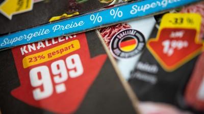 Prospekte verschiedener Lebensmittelhändler liegen auf einem Tisch (dpa/Sebastian Gollnow)