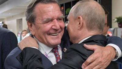 Russlands Präsident Wladimir Putin und Altkanzler Gerhard Schröder umarmen sich bei der Eröffnung der Fußballweltmeisterschaft 2018 (Imago)
