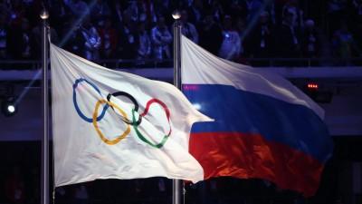 Die russische und die olympische Flagge während der Schlussfeier der olympischen Spiele in Sotschi /Russland (picture alliance / dpa / Hannibal Hanschke)
