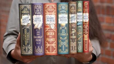 Renate Herre, Geschäftsführerin des Carlsen-Verlages, hält die Neuausgaben aller sieben Harry Potter Bände in den Händen. (2018) (dpa / Daniel Reinhardt)