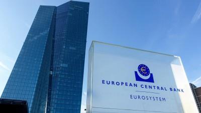 """Totale des Gebäudes der Europäischen Zentralbank von unten, im Vordergrund ein Schild, worauf """"European Central Bank / Eurosystem"""" zu lesen steht (picture alliance / Daniel Kalker)"""