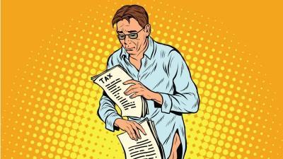 Eine Illustration zeigt einen Mann mit zerknittertem Hemd und ohne Hose, der mit traurigem Blick seine Steuerunterlagen prüft.  (imago images / Panthermedia / Studiostoks)
