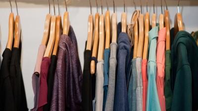 Wohlsortierter Kleiderschrank: Jedes Stück handverlesen und aus ökologischer Produktion (picture alliance / dpa Themendienst)