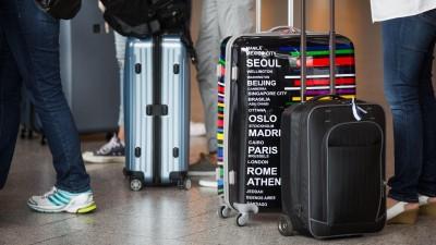 Passagiere warten am Flughafen von Frankfurt am Main (Hessen). (dpa / Frank Rumpenhorst )