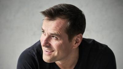 Der Baritonsänger Holger Falk blickt lachend zur Seite (Kaupo Kikkas)