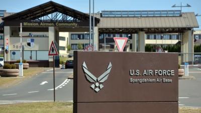 Die US-Air Base Spangdahlem in Rheinland-Pfalz. Ein Schild weist auf den US-Militärflughafen hin. (dpa/Harald Tittel)