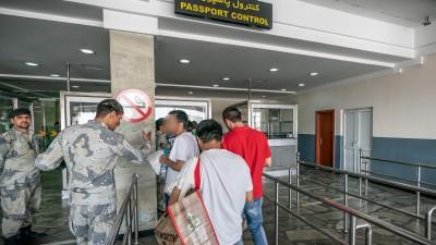 Afghanen stehen nach ihrer Rückkehr an der Passkontrolle in Kabul. 45 abgelehnte Asylbewerber wurden mit dem Sonderflug in Afghanistans Hauptstadt Kabul abgeschoben. (dpa / Michael Kappeler)