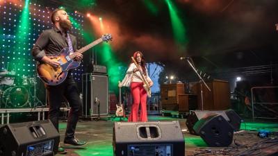 Ein Mann und eine Frau mit Gitarren stehen auf einer Bühne und spielen Musik. (Peter Bernsmann Stagepixel)