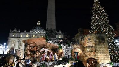 Der Petersplatz in Rom mit Weihnachtsbaum und Krippe. (AFP / VINCENZO PINTO)