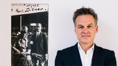 Der Autor Tarek Leitner und ein Foto seines Vaters: 'Linz 1924: Rudolf auf seiner Speedwaymaschine' (Foto links: privat (Leitner); Foto Leitner rechts: Ingo Pertramer/Brandstätter Verlag)