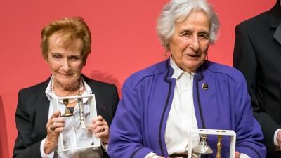 Anita Lasker-Wallfisch (r.) und ihre Schwester Renate Lasker-Harpprecht bei der Verleihung des Preisesfür Verständigung und Toleranz im Jüdischen Museum 2016 (Jüdisches Museum Berlin / Pietschmann / Wagenzik)
