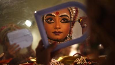 Eine Künstlerin, die Sita spielt, schminkt sich und bereitet sich auf eine Aufführung in Deu Delhi vor. (imago images / Hindustan Times / Ajay Aggarwal)