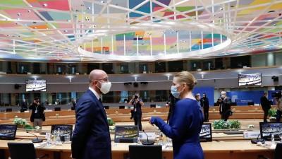 EU-RatspräsidentCharles Michelmit der dänischen Premierministerin Mette Frederiksenbeim EU-Gipfel am 20. Juli 2020 in Brüssel (imago-images.de/ Xinhua)