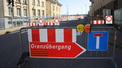 Gitter und Schilder, weisen am 24.3.2020 darauf hin, dass der deutsch-luxemburgischen Grenzübergang geschlossen ist. (imago / Becker & Bredel)