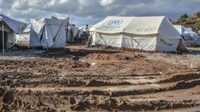 Menschen im Flüchtlingslager Kara Tepe auf Lesbos in Griechenland säubern ihre Zelte nach einem starken Regensturm, aufgenommen am 14. Oktober 2020 (picture alliance / ASSOCIATED PRESS / Panagiotis Balaskas)