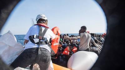Die Sea Watch 2 bei einer Mission vor der libyschen Küste. Die Geflüchteten werden von den Helfern mit Rettungswesten versorgt. (imago / Christian Ditsch)