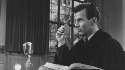 """Das Foto zeigt den Schauspieler Maximilian Schell als Verteidiger Hans Rolfe in dem Film """"Judgement at Nuremberg"""". (United Artists / Deutsches Filminstitut & Filmmuseum)"""
