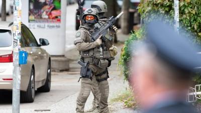 Einsatzkräfte vom SEK sichern die Umgebung. Bei Schüssen sind nach ersten Erkenntnissen zwei Menschen getötet worden. (picture alliance/Swen Pförtner/dpa)