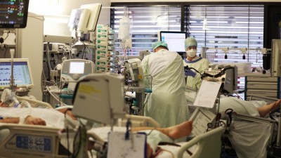 Krankenpfleger behandeln auf einer Intensivstation einen Covid-19 Patienten. (picture alliance/dpa/Oliver Berg)
