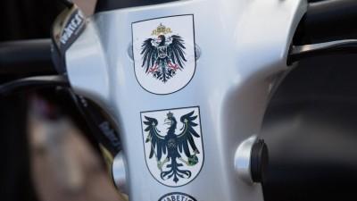 Mehrere Wappen als Statement für eine Monarchie nach Vorbild des Deutschen Reichs kleben auf einemkleinenWagen für Menschen mit Gehproblemen. (imago stock&people)