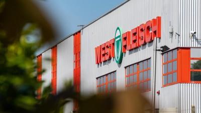 Das Firmenlogo von Westfleisch hängt an der Fassade des Fleischverarbeiteten Betriebes in Coesfeld. (Guido Kirchner/dpa )