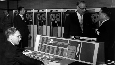 Einweihung des deutschen Rechenzentrums 1963: Der hessische Ministerpräsidenten Georg-August Zinn (2.v.r.) im Gespräch mit dem Leiter des Instituts, Dr. Ernst Glowatzki (dpa/Richard Koll)