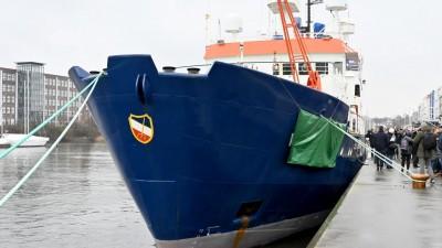 Das Rettungsschiff Sea-Watch 4 liegt in Kiel bei der Taufzeremonie am Hafen. Das Bündnis «United4Rescue» und die Organisation Sea-Watch haben die ehemalige Polarstern gekauft um es künftig als Rettungsschiff im Mittelmeer einzusetzen (Carsten Rehder/dpa)