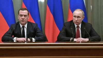 Wladimir Putin (r), Präsident von Russland, und Dmitri Medwedew, Ministerpräsident von Russland, sprechen bei einer Kabinettssitzung  (dpa-Bildfunk / Sputnik / Kremlin Pool / AP / Alexei Nikolsky)
