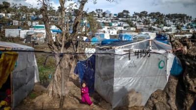 Ein Kind spielt in einem provisorischen Zeltlager in der Nähe des Camps für Migranten in Moria. (dpa)