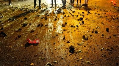 Steine liegen am 08.07.2017 nach schweren Auschreitungen in Hamburg auf der Straße. Randalierer haben im Schanzenviertel eine Spur der Verwüstung hinterlassen. Zerstörte Fahrräder und Mülltonnen lagen auf der Straße. Fensterscheiben waren eingeschlagen oder beschädigt. Die Polizei hatte die Straße zuvor abgeriegelt und war massiv gegen die Randalierer vorgegangen. (dpa / picture alliance / Marcus Brandt)