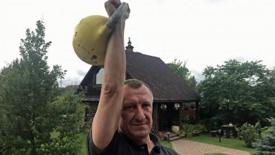 Sergej Bronnikow stemmt eine Kugelhantel in die Höhe (Deutschlandradio/ Gesine Dornblüth)