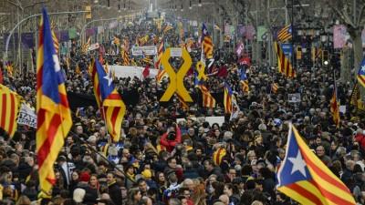 Unter der Führung der größten Organisationen und Gewerkschaften marschieren zahlreiche Menschen beim Generalstreik am 21.02.2019 in Katalonien auf den Straßen Passeig de Gracia und Diagonal. (dpa)