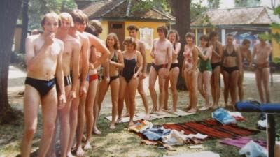 Eine Jugendgruppe in Badesachen in einem Freibad am Balaton auf einem Foto 1984. (Max Dienel)