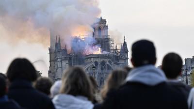 Die Kathedrale Notre Dame in Paris in Flammen. (MAXPPP / Julien Mattia)