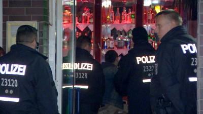 Polizisten gehen am 28.03.2019 in eine Shisha-Bar in Neukölln. M (picture alliance / TeleNewsNetwork / dpa)