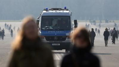 Die Polizei kontrolliert am Tempelhofer Feld in Berlin während der Coronakrise, dass die Menschen den Mindestabstand einhalten und keine Gruppen bilden. 29. März 2020. (Getty / Adam Berry)