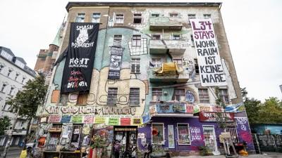 Das Wohnprojekt «Liebig 34» in Berlin von vorne: eine bemalte Fassade mit zahlreichen Transparenten. (picture alliance/Fabian Sommer/dpa)