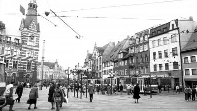 """Szene auf dem sogenannten """"Anger"""", einem weitläufigen Platz in der thüringischen Stadt Erfurt. Aufnahme vom 31.01.1990. (picture alliance / Kai-Uwe Wärner)"""