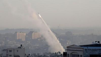 12.11.2019, Palästinensische Autonomiegebiete, Gaza: Eine palästinensische Rakete wird aus der Stadt Gaza abgefeuert. Zuvor hatten Israels Sicherheitskräfte ein Haus angegriffen, in dem sich ein Anführer des Islamischen Dschihad im Gazastreifen befand. (APA Images via ZUMA Wire)