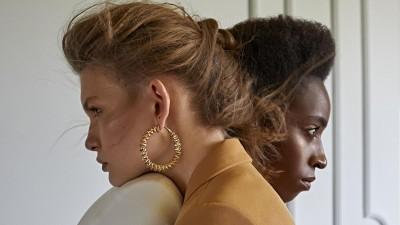 Zwei Frauen lehnen gegenseitig ihren Kopf auf die Schulter der jeweils Anderen und schauen in die Ferne. (Symbolbild) (Eyeem/ Altan Can)