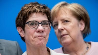 Annegret Kramp-Karrenbauer (l), Bundesvorsitzende der CDU, wartet neben Bundeskanzlerin Angela Merkel (CDU), auf den Beginn der Klausurtagung des CDU-Bundesvorstands (picture alliance/Michael Kappeler/dpa)
