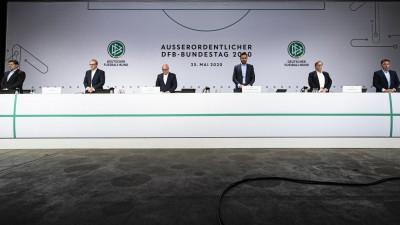 98. (Außerordentlicher) Bundestag des DFB - Das Präsidium des Deutschen Fußball-Bundes steht auf einer Bühne. v.l.: Christian Seifert (DFB-Vizepräsident), Peter Peters (1. DFB-Vizepräsident), Fritz Keller (DFB-Präsident), Dr. Friedrich Curtius (DFB-Generalsekretär), Dr. Rainer Koch (1. DFB-Vizepräsident), Dr. Stephan Osnabruegge (DFB-Schatzmeister) (Thomas Böcker/DFB)