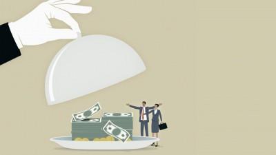 Eine Hand nimmt den Deckel von einem Teller auf dem Geld liegt. Davor stehen zwei Personen. (Illustration) (imago images / Ikon Images)